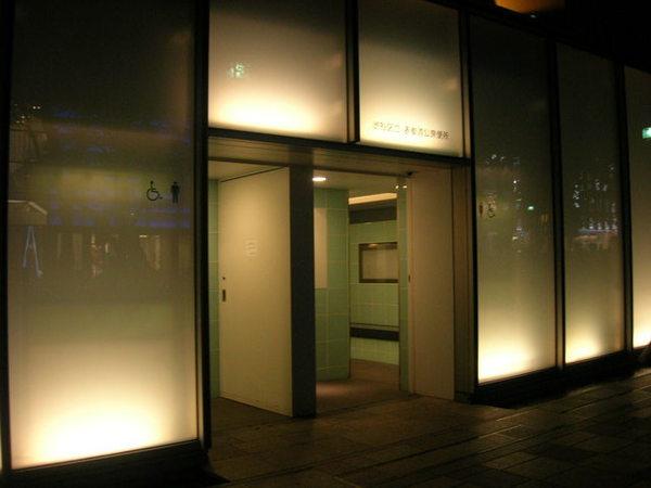 表參道果然是高級地區...公眾廁所都這美