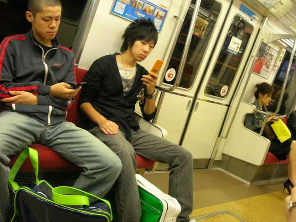看....日本人真的一上電車就拼命發e-mail