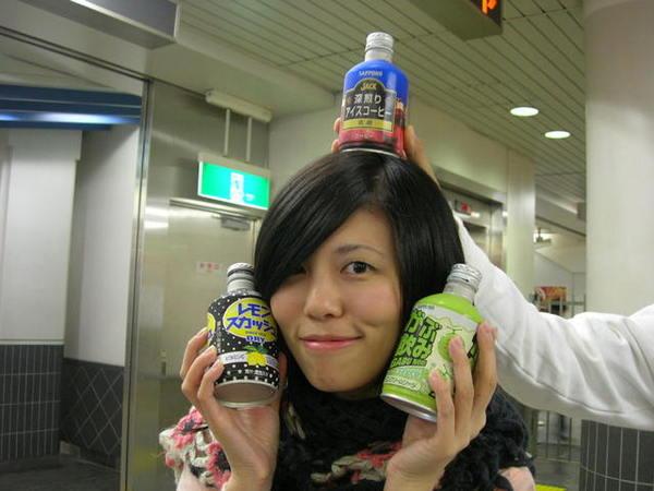在換車的地鐵又買了販賣機飲料