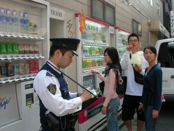 有警察在開單耶...後面三個很愛演