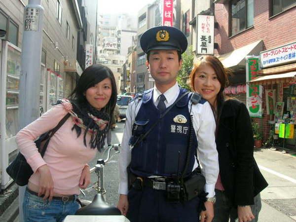 淺草日本警察應該已經是觀光景點...很專業的站好跟我們拍照