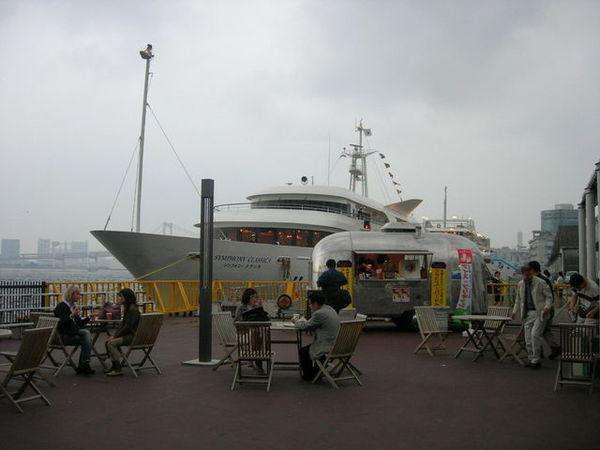 比較想坐後面那艘氣派的船