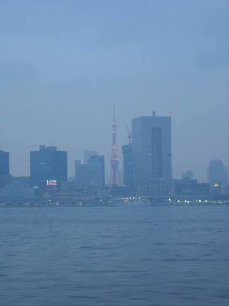 遠遠眺望東京鐵塔...這樣也算看過東京鐵塔吧