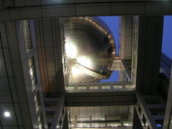 抬頭看到的球形展望台