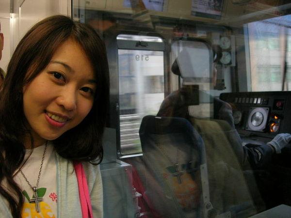 日本的電車的列車掌室是全透明的