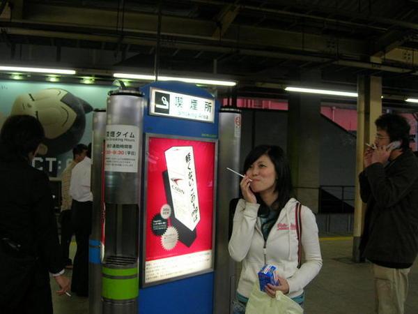 日本人很有規矩的在這區域抽煙