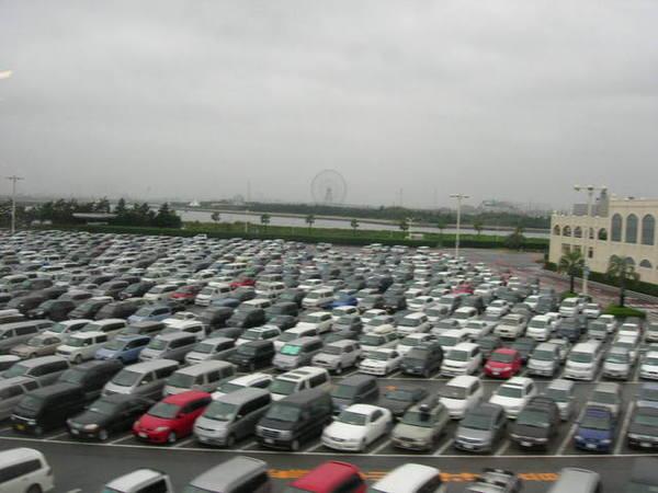日本人真的井然有序太有規矩了...車停地像用尺量過