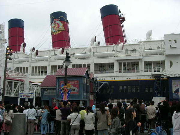船塢邊舞臺有歌舞劇表演