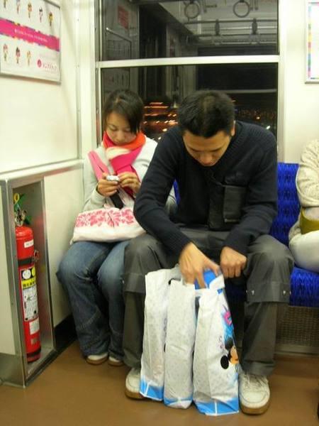 好玩但是已經累到翻了..上了電車還好有搶到位子