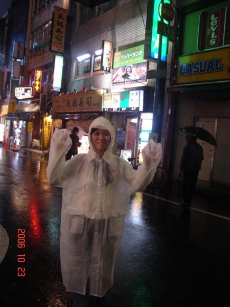 要前往居酒屋的路上下大雨...只好進便利商店買雨衣
