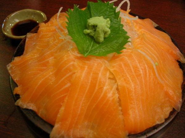 生魚片...我跟范文軒不敢吃...這一盤都是怡嘉跟詩芯的
