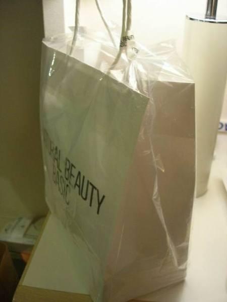只要外面下雨...店家就會幫客人在紙袋外套上一層透明塑膠袋