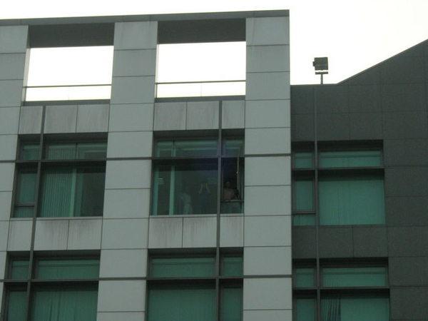 忙趕稿的同事從五樓大喊加油