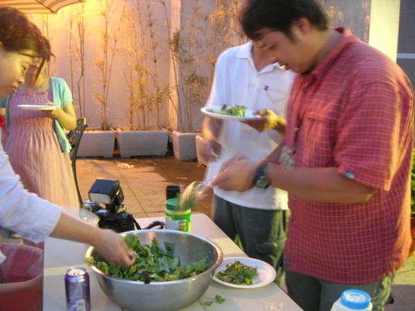 這邊的攝影大哥準備新鮮沙拉...也是一下就搶光