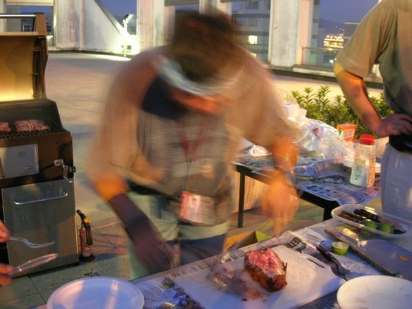阿米果大哥熟練的切肉
