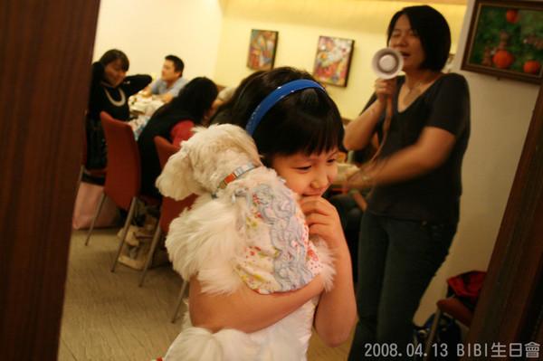 Avril抱著她們家妹妹Apple走秀...兩姊妹都穿洋裝喔