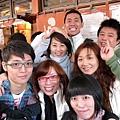 排隊遇到台灣同胞...幫我們在這拍下大合照