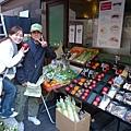 店門口還有賣蔬菜水果