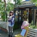 第一站就在旅館斜對面,是一家兼賣寵物用品的咖啡廳,叫JJ Cafe