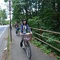 bibi換新衣服了耶,繼續我們的腳踏車行程