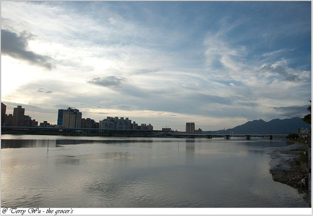 2012-06-17 大稻埕碼頭~等到的會是大雨還是大景-4