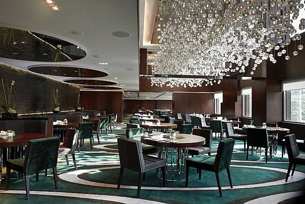 luxury-restaurant-chandeliers-design-the-mira-hotels.jpg