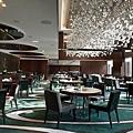 luxury-restaurant-chandeliers-design-the-mira-hotels.jpg