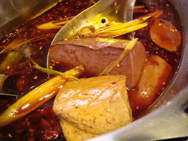 紅鍋的部份好像是用四川朝天椒.花椒.熬煮而成的