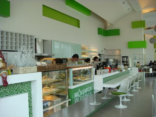 綠白相間的開放式廚房櫃檯