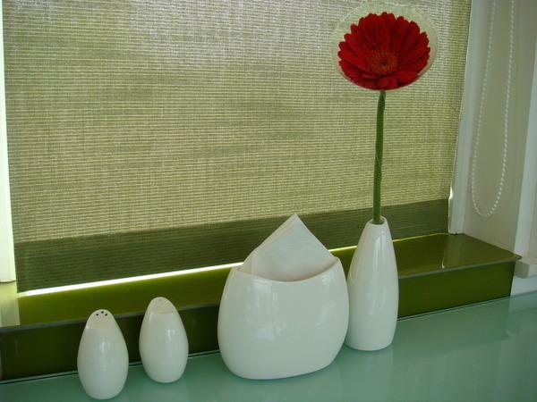 美麗的桌上擺飾及調味罐