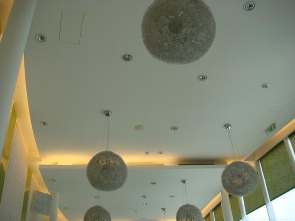 白色的天花板吊有銀色的燈飾~