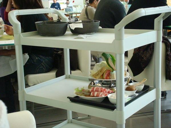 餐車及隔壁桌點的火鍋