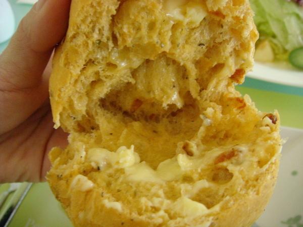 撕開外脆內軟的麵包塗上奶油