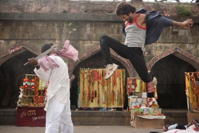 shahid-kapoor-action-still-from-film-rambo-rajkumar_138017236900