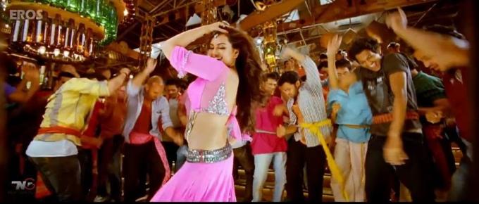sonakshi-sinha-dancing-still-from-film-r-rajkumar-2013_138114424550