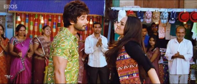 sonakshi-sinha-slaps-shahid-kapoor-still-from-film-r-rajkumar-2013_138114424580