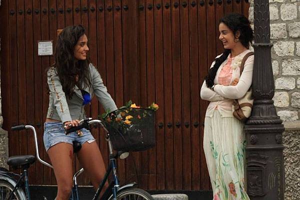 lisa-haydon-kangna-ranaut-still-from-film-queen_139099291920