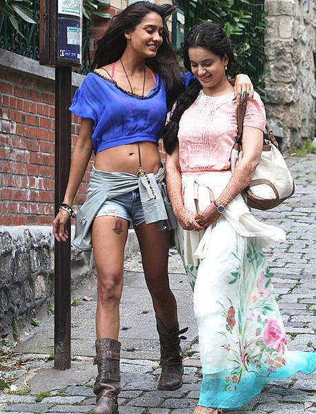 lisa-haydon-kangna-ranaut-still-from-film-queen_139099291960
