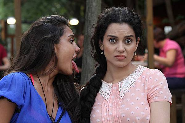 lisa-haydon-kangna-ranaut-still-from-film-queen_139030152250