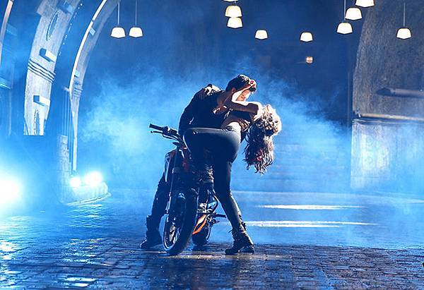 varun-dhawan-ileana-d-cruz-still-from-main-tera-hero_139358700380