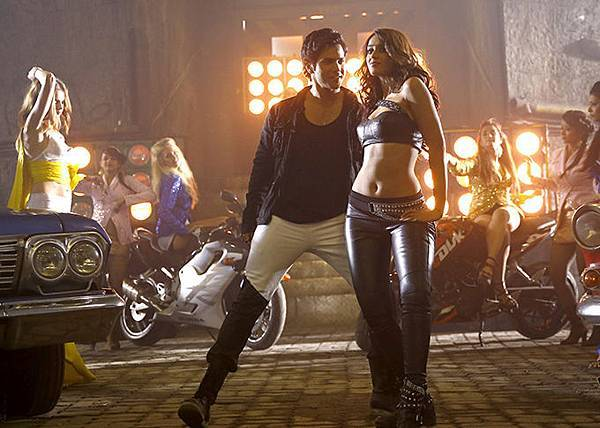 varun-dhawan-ileana-d-cruz-still-from-main-tera-hero_1393587003110