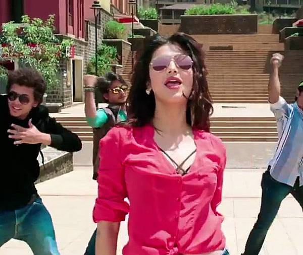 shruthi-hassan-in-coffee-peety-peety-song_143013619120
