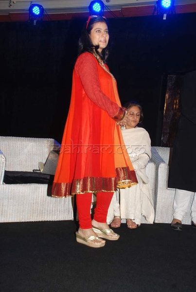 kajol-rekha-jaya-hemalata-at-launch-of-gautam-rajadhyakshas-book-chehere-launch-14.jpg