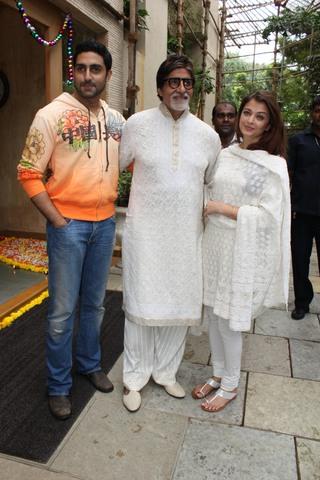 Amitabh_Abhishek_Aishwarya_Birthday_11Oct2010A.jpg