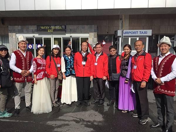 吉國穿著傳統服飾開心與家扶吉師會會一同合照1.jpg