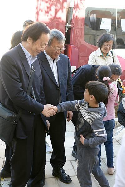 5.家扶大家長趙犁民董事長(左一)前往約旦弱勢社區DACS拜訪與孩子們開心握手.jpg