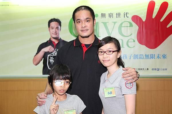 林智勝、小蓁與小萍三代家扶兒共同為弱勢貧童發聲。