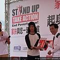 家扶基金會執行長王明仁頒獎給攝影比賽得獎者.JPG