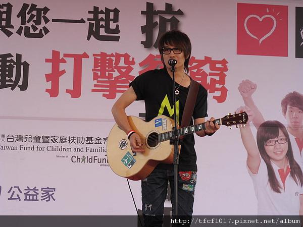 情歌王子羅文裕以歌曲鼓勵大家愛身邊的人.JPG