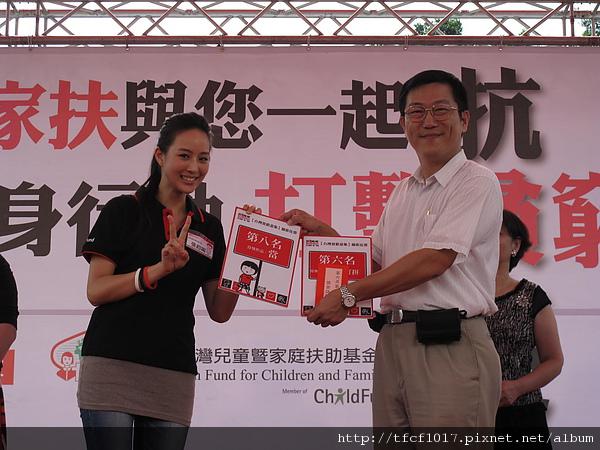 抗貧大使張鈞甯頒獎給攝影比賽得獎者.JPG